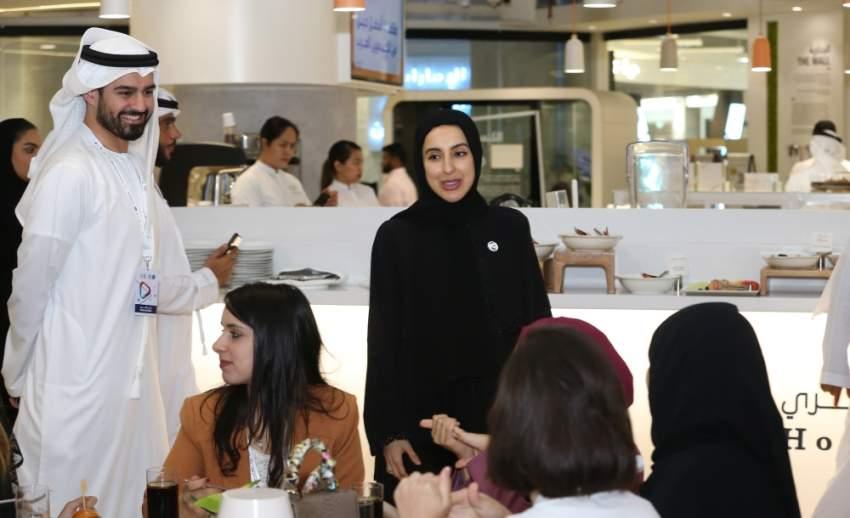شما المزروعي وسعيد النظري خلال زيارة أعمال برنامج القيادات الإعلامية العربية الشابة.