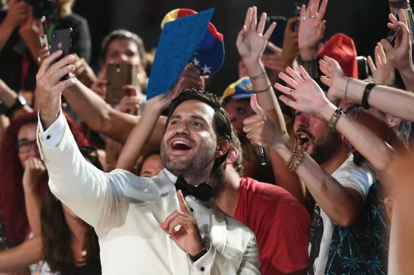 النجم الإسباني إدغار راميريز يلتقط صورة سيلفي مع معجبيه على السجادة الحمراء لفيلم «WaspNetwork»
