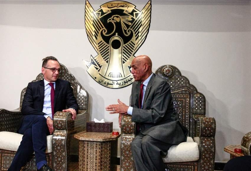 وزير الخارجية الألماني هايكو ماس مع وكيل وزارة الخارجية السوداني عمر دهب. أ ف ب
