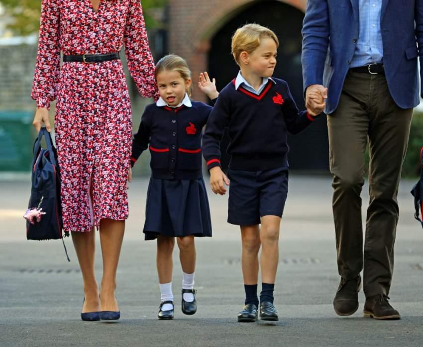 شارلوت متوجهة لليوم الدراسي الأول برفقة شقيقها جورج و والديها. (رويترز)