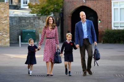 قرار إرسال جورج لهذه المدرسة كان خروجا على التقاليد من جانب وليام وكيت، دوق ودوقة كمبردج، اللذين سيرافقان الطفلين إلى المدرسة في اليوم الدراسي الأول لشارلوت. (رويترز)