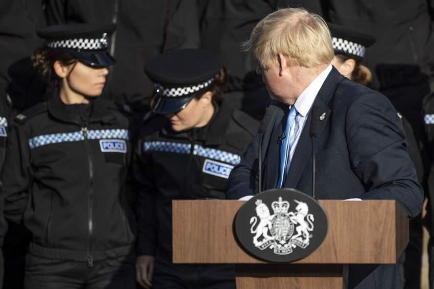 جونسون يتعرض للانتقادات بسبب إكمال خطابه رغم إصابة شرطية بإغماء
