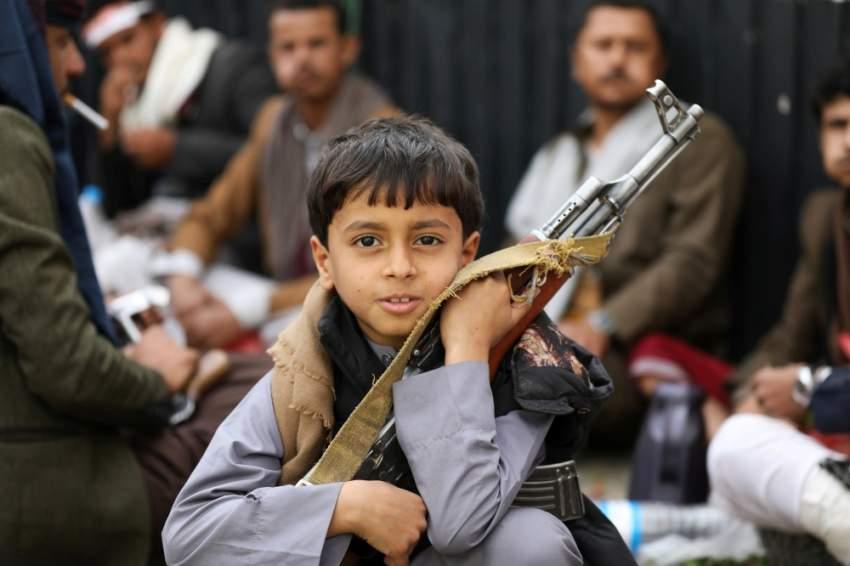 طفل يحمل بندقية في تجمع نظمته حركة الحوثي في صنعاء. (رويترز)