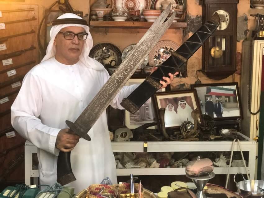 علي بن درويش يستعرض لـ«الرؤية» بعض السيوف النادرة في «القرية».