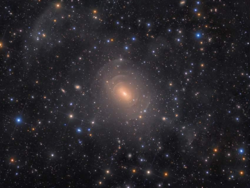 11. صورة عميقة عن المجرة الأهليلجية الغريبة NGC 3923. (رولف وال أولسن)