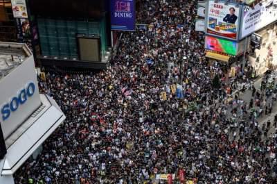 المتظاهرون يعودون لشوارع هونغ كونغ رغم حظر مسيرة احتجاجية