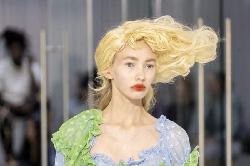 صيحة شعر غريبة شوهدت في عرض   Yuhan Wang