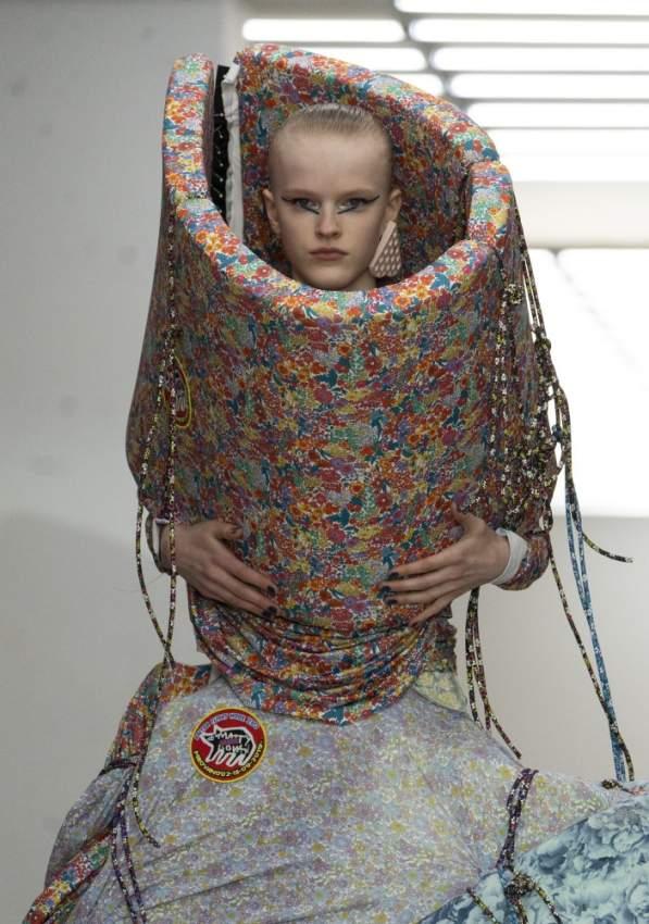 مثل هذه الصيحة من عرض أزياء Matty Bovan