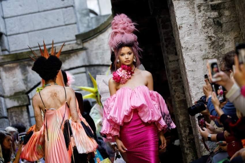 الألوان الغريبة سمة سيطرت على بعض عروض الأزياء في أسبوع الموضة في لندن