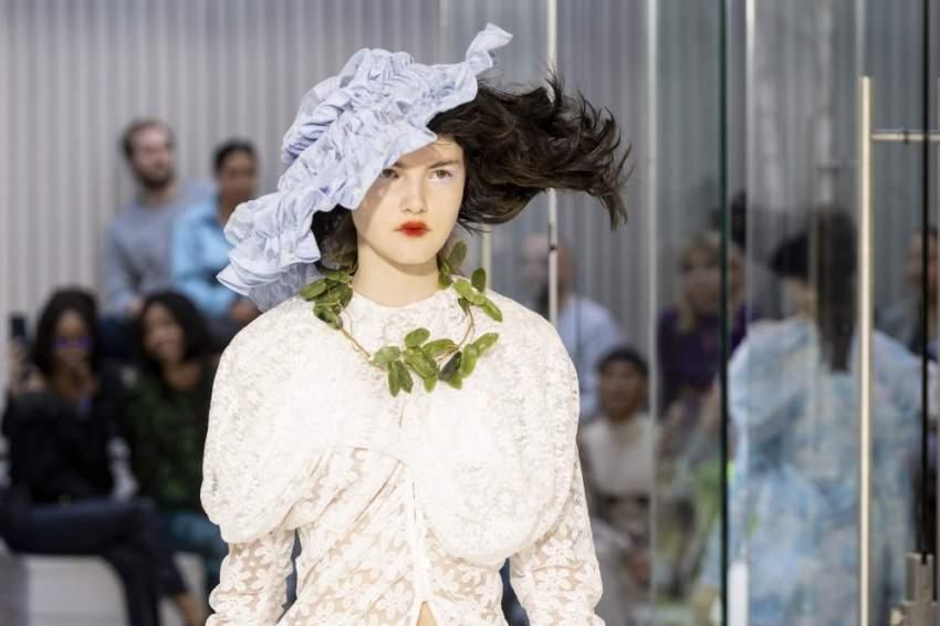 اختار المصمم Yuhan Wang الشعر المستعار بألوان مختلفة ليزين رؤوس العارضات