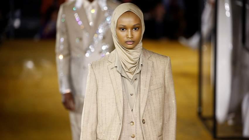 عارضة أزياء محجبة في عرض أزياؤ بربري لربيع وصيف 2020