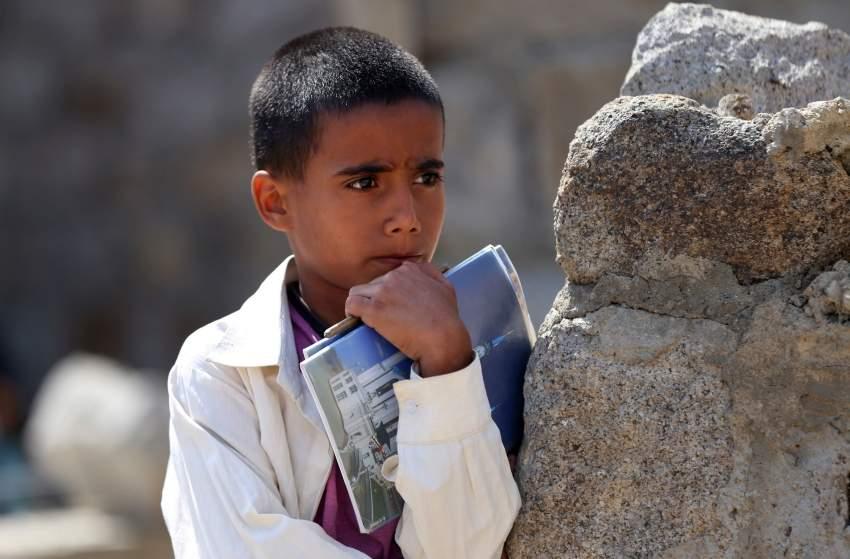 طفل يمني يلتحق بمدرسة في العراء بعدما حوّلت الميليشيات الحوثية المدارس إلى ثكنات عسكرية. (أ ف ب)