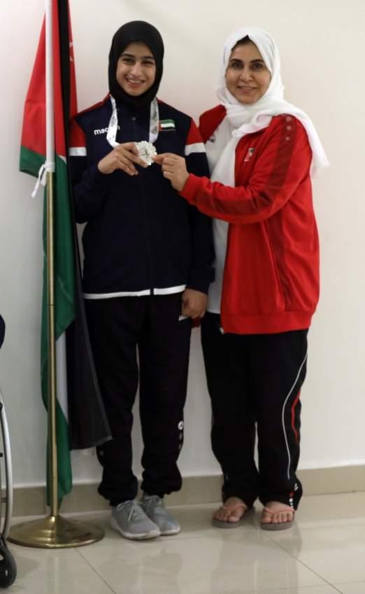 نورة الكتبي تحتفل مع الإدارية صالحة الريسية.