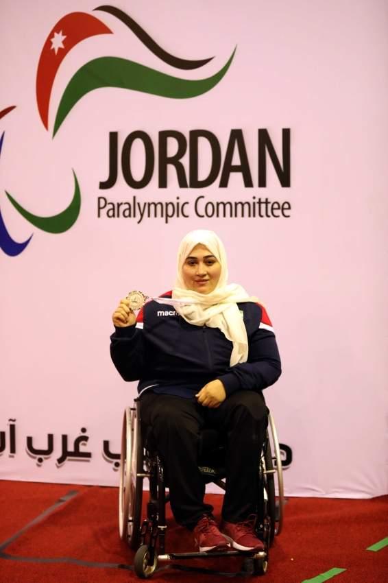 هيفا النقبي  تحتفل بالميدالية الفضية