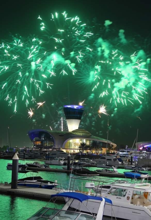 عرض الألعاب النارية بمناسبة اليوم الوطني السعودي في ياس مارينا