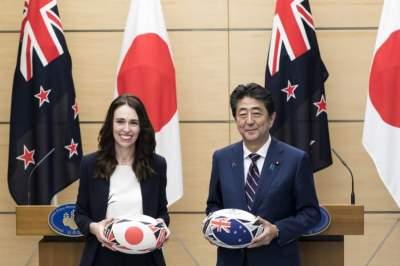 رئيسة وزراء نيوزيلندا تقع في خطأ محرج أثناء زيارتها لليابان