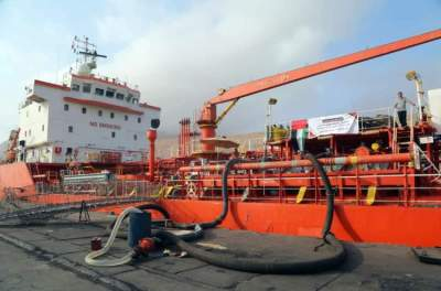 الإمارات تسيّر سفينة تحمل مشتقات نفطية عاجلة لمحطات كهرباء ساحل حضرموت