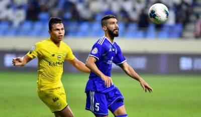طارق أحمد (يميناً) في مباراة النصر