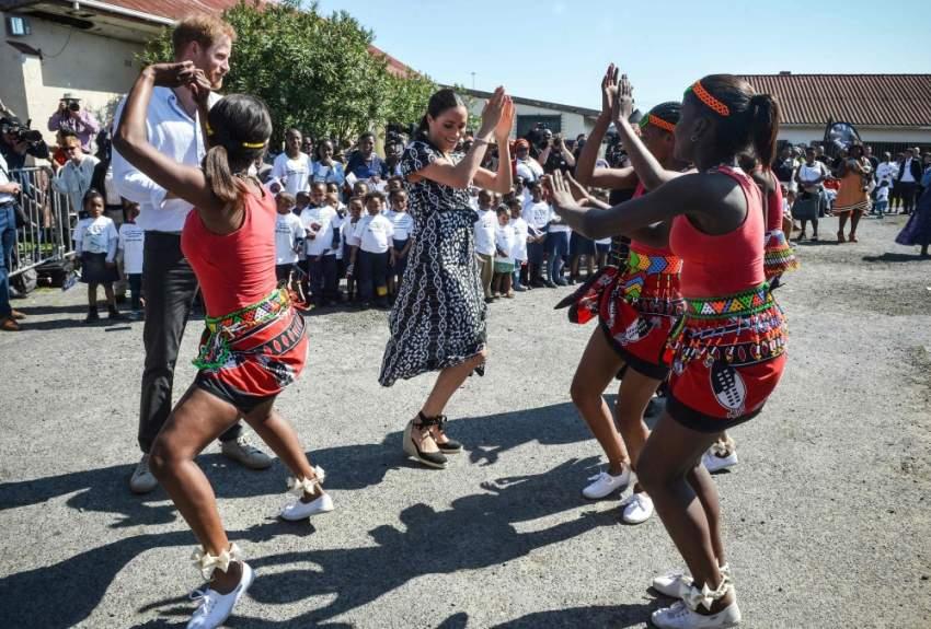 الأمير هاري دوق ساسكس وميغان دوقة ساسكس يرقصان خلال زيارة إلى «مكتب العدالة»، وهي منظمة غير حكومية في بلدة نيانجا في كيب تاون
