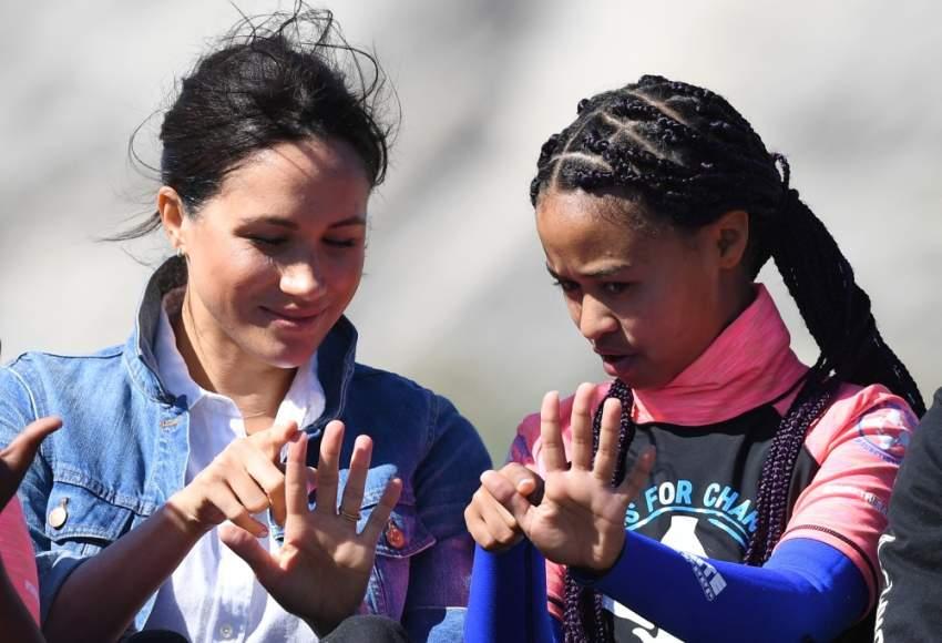 ميغان تمارس الألعاب التقليدية مع عضوة من عضوات منظمة «موجات من أجل التغيير»