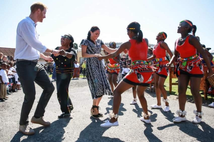 الرقص جزء من العادات الأفريقية..حيث اندمجت ميغان مع الراقصين خلال اليوم الأول لزيارتها جنوب أفريقيا