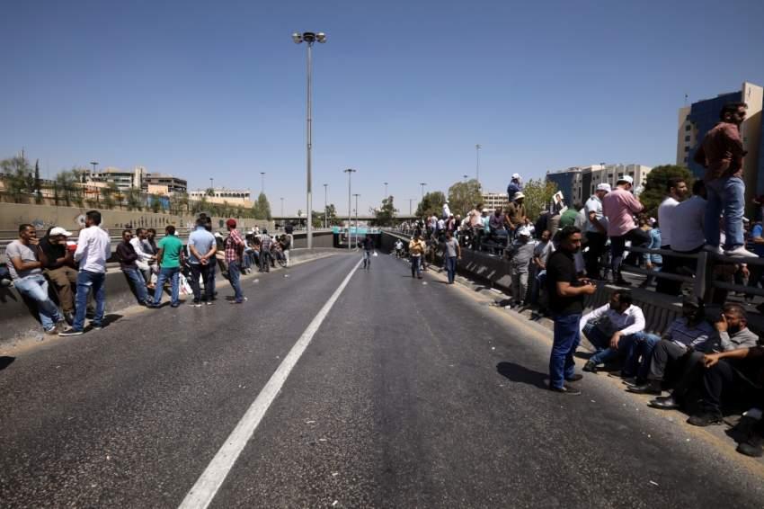 معلمون خلال مسيرة احتجاجية في العاصمة الأردنية عمان. (رويترز)