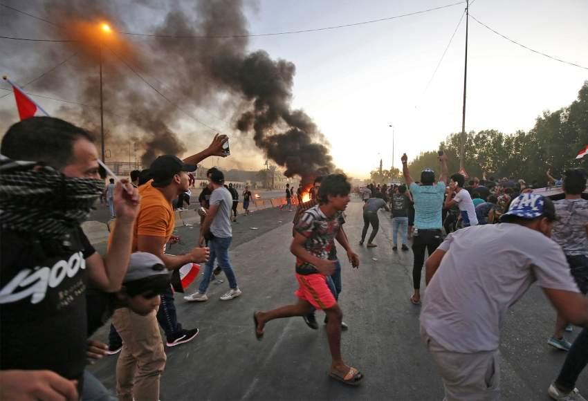 عراقيون خلال الاحتجاجات المتواصلة في بغداد (ا ف ب)