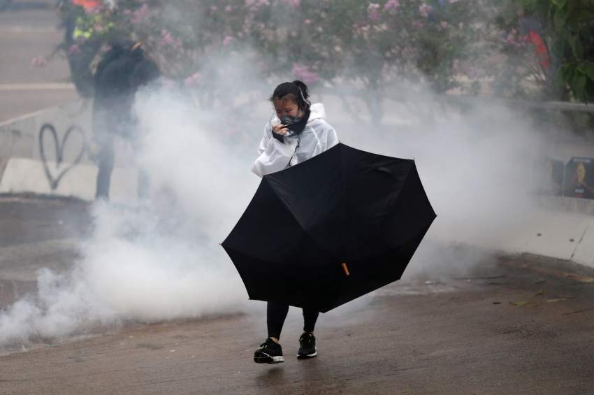 متظاهرة خلال احتجاجات في هونغ كونغ الثلاثاء. (رويترز)