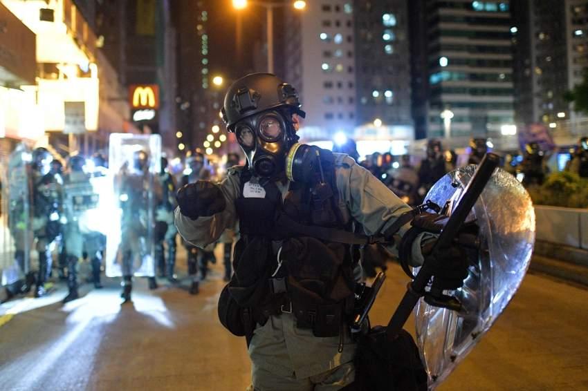 شرطة مكافحة الشغب خلال الاحتجاجات في هونغ كونغ.