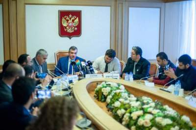 رئيس لجنة العلاقات الدولية في مجلس الدوما الروسي متحدثاً خلال المؤتمر الصحافي. (الرؤية)