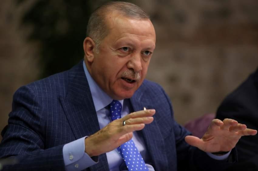 إردوغان يتحدث للصحفيين في اسطنبول (رويترز)