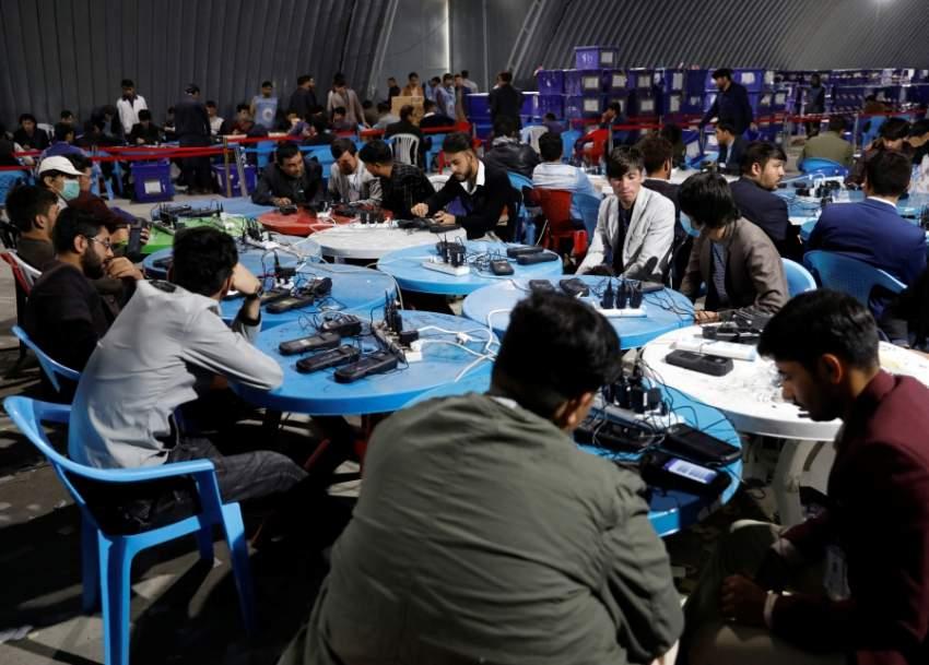 موظفون يحصون أصوات الناخبين في انتخابات الرئاسة الأفغانية. (رويترز)