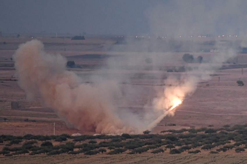 قوات تركية تطلق صاروخا صوب سوريا أمس. (أ ف ب)