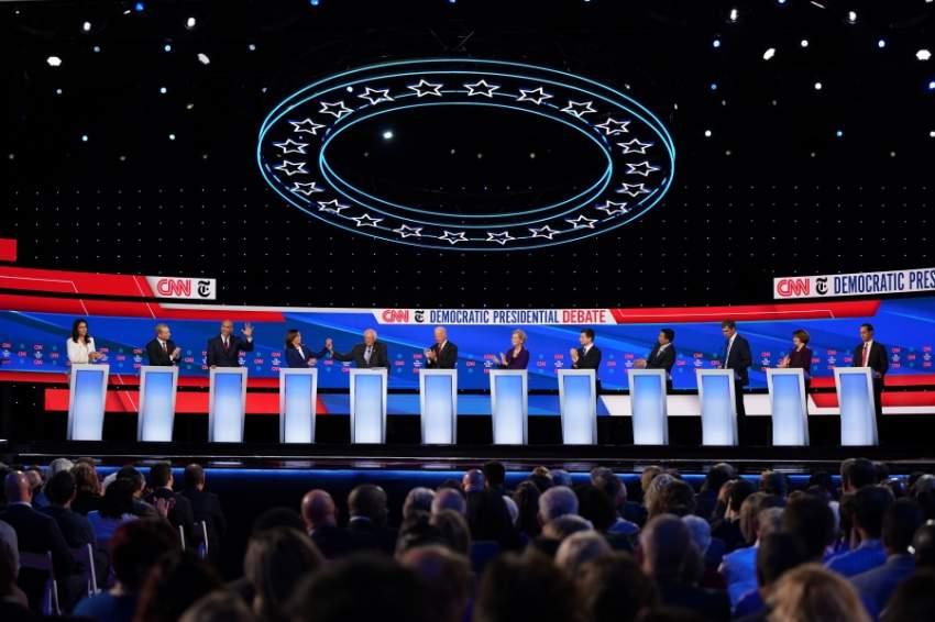 جانب من مناظرة لاختيار مرشح ديمقراطي لانتخابات الرئاسة الأمريكية أمس (نيويورك تايمز)