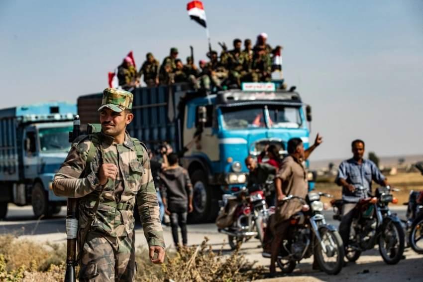قوات الجيش السوري الحكومي في طريقها للانتشار عند الحدود الشمالية (اف ب)