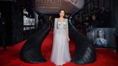 انجلينا جولي بفستان استغرق صنعه 50 ساعة مزين بالأحجار الكريمة