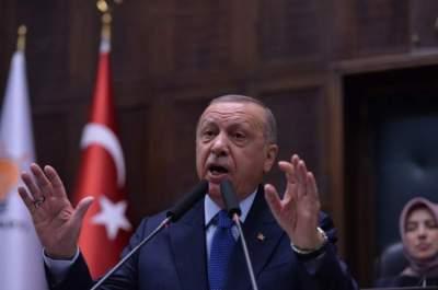 إردوغان يتحدث إلى أعضاء حزب العدالة والتنمية في اسطنبول (إبي بي أيه)