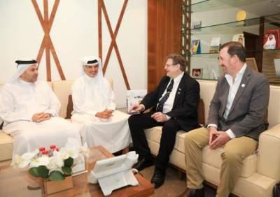 سعيد حارب وناصر أمان آل رحمة خلال الاجتماع مع رئيس الاتحاد الدولي للألعاب الالكترونية.