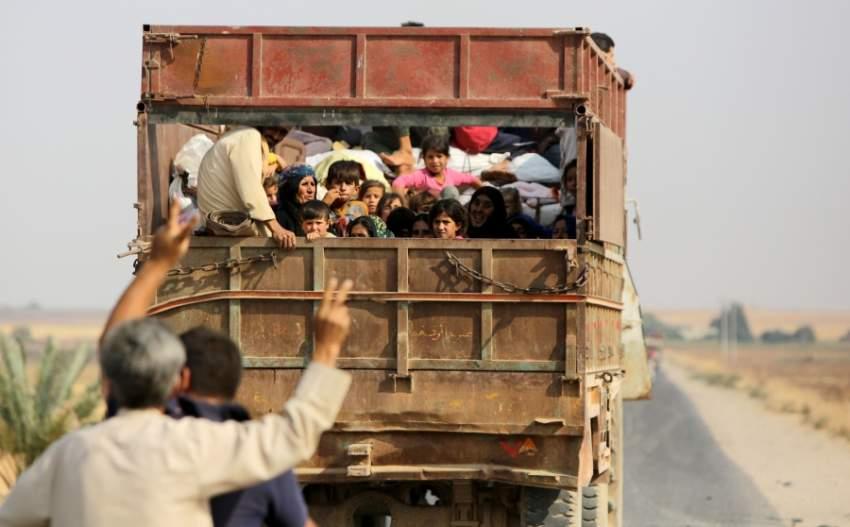نازحون أكراد يغادرون قريتهم في شمال سوريا (أ ف ب)