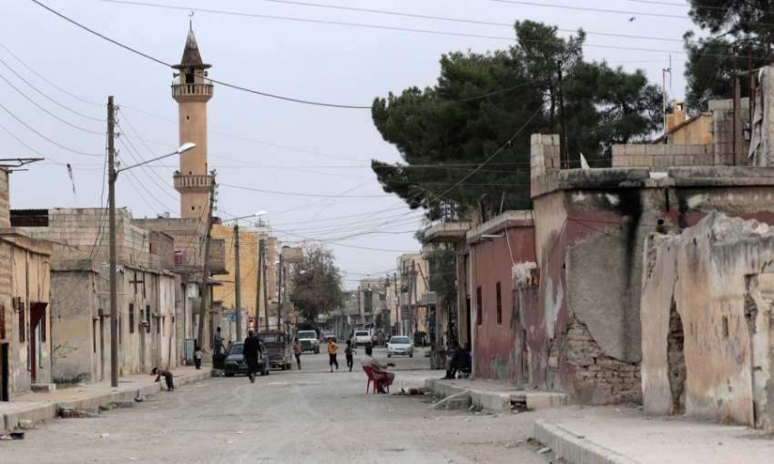 أطفال يركضون بشارع في تل أبيض السورية. (رويترز)