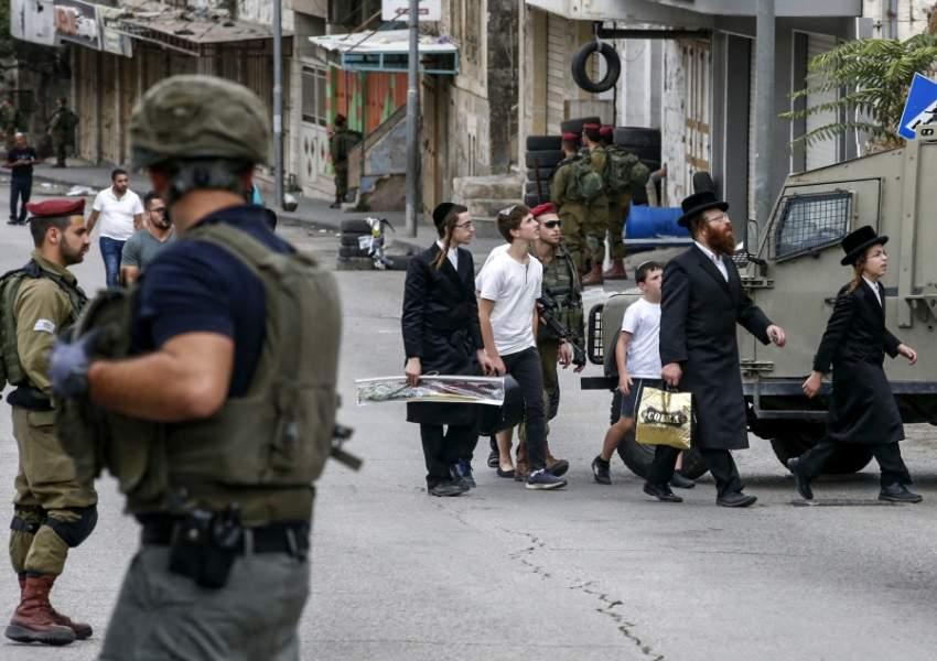 جنود الاحتلال في مدينة الخليل بالضفة ( أ ف ب)