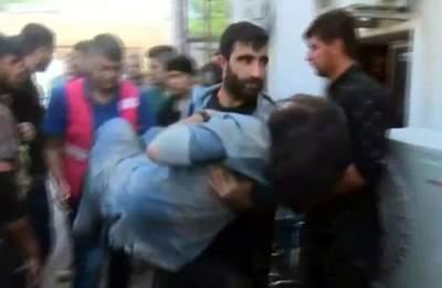 رجل كردي يحمل مصابة في القصف التركي المتواصل على شمال شرق سوريا ( أ ف ب)