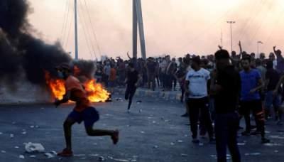 متظاهرون يواجهون القمع في بغداد خلال احتجاجات أول أكتوبر  (رويترز)