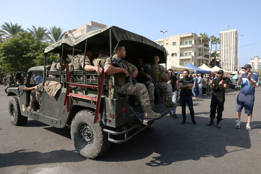 جانب من الترحيب بعناصر الجيش اللبناني بعد تضامنهم مع المتظاهرين