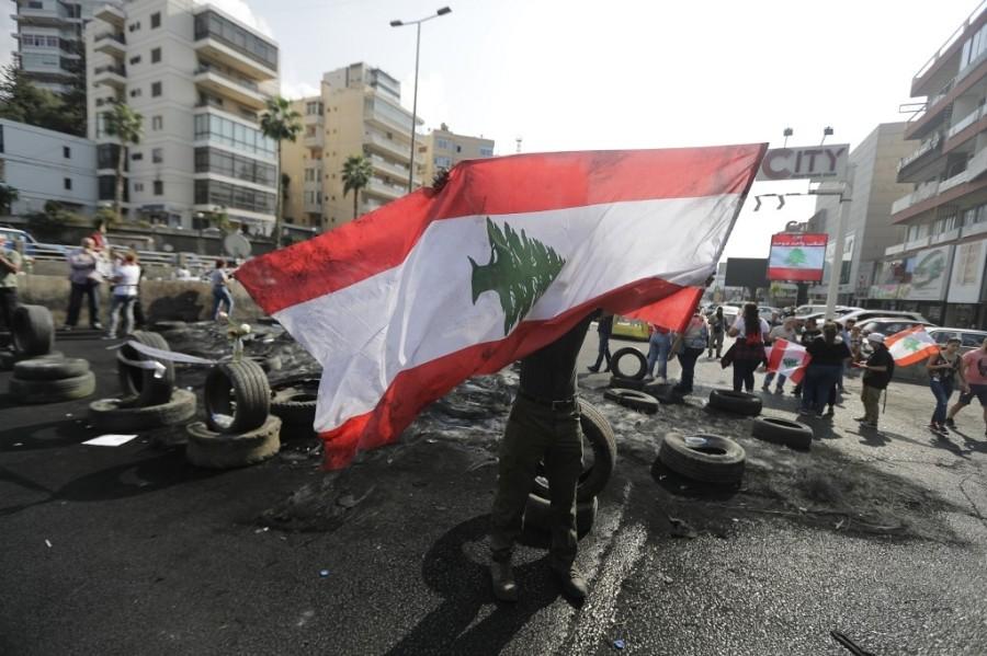 العلم اللبناني يرفرف