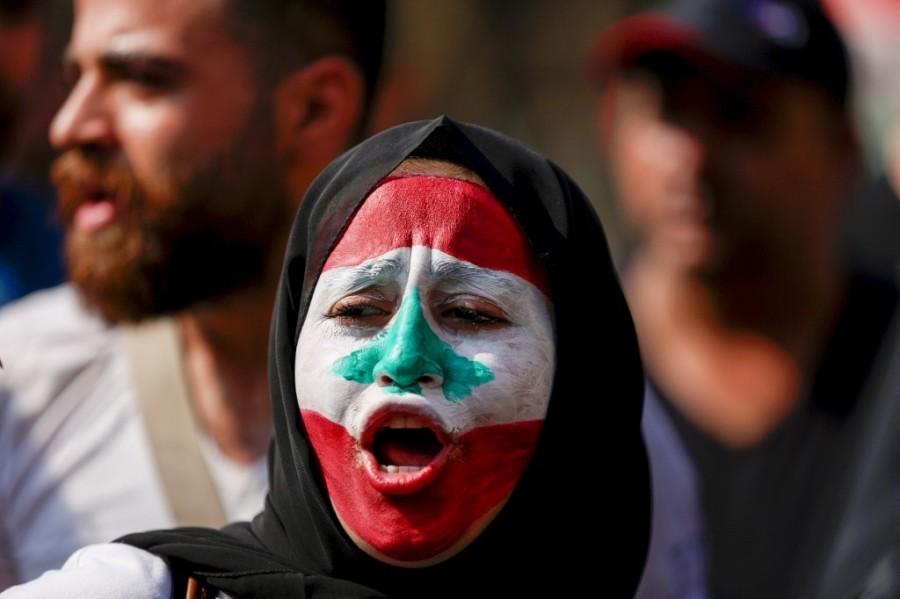 إحدى المتظاهرات رسمت العلم على وجهها