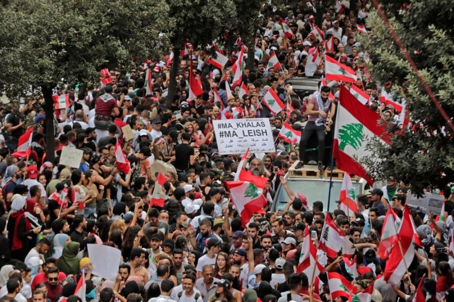 شوارع بيروت غصت بالمتظاهرين لليوم الرابع على التوالي. (أ ف ب)