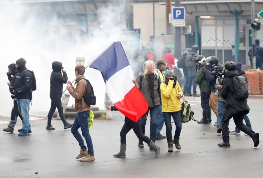 الشرطة تطلق الغاز على متظاهري السترات الصفراء (رويترز)