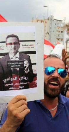 متظاهرون في بيروت يحتجون أمام مصرف لبنان (رويترز)