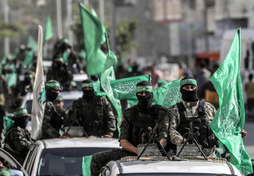عناصر من كتائب القسام الجناح العسكري لحماس خلال مسيرة في خان يونس. (إي بي أيه)
